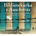 Zdjęcie okładki audiobooka: Brama śmierci obozu w Auschwitz na tle grzbietów książek