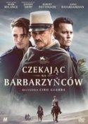 """Okładka filmu pt. """"Czekając na barbarzyńców"""" - trzech wojskowych twarzami zwróconych w przeciwległych kierunkach na tle krajobrazu pustynnego."""