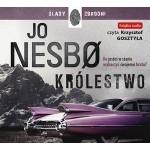 """Zdjęcie okładki audiobooka Jo Nesbo pt. """"Królestwo"""" - fioletowy spoiler amerykańskiego cadillaka z lat pięćdziesiątych na tle czarno-białego horyzontu."""