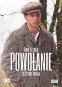 """Okładka filmu, pt. """"Powołanie"""" w reżyserii Pawła Woldana - stojący młody mężczyzna w płaszczu i kaszkiecie na głowie z rękami w kieszeniach."""