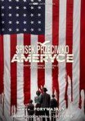 """Okładka filmu pt. """"Spisek przeciwko Ameryce"""" - rodzina czteroosobowa stojąca na tle flagi ameryki, której czerwone podłużne pasy rozlewają się u dołu jak krew."""