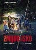 """Okładka filmu pt. """"Żmijowisko"""" - grupa osób zgromadzona nad ogniskiem rozpalonym nad jeziorem."""