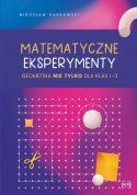 """Zdjęcie okładki książki, pt. """"Matematyczne eksperymenty"""" - siatka geometryczna z porozrzucanymi na niej figurami"""