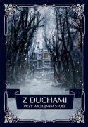 """Zdjęcie okładki książki pt. """"Z duchami przy wigilijnym stole"""" - aleja ogołoconych z liści drzew prowadząca do starego pałacu."""