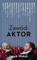 """Zdjęcie okładki książki pt. """"Zawód aktor"""" - siedzący na kanapie mężczyzna trzyma na dłoni ludzką czaszkę"""