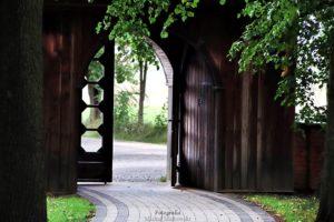 Zabytkowa drewniana brama prowadząca do kościoła w Bardzicach koło Radomia.
