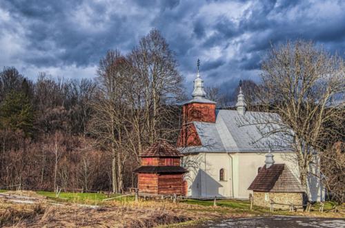 Bieszczadzka cerkiew prawosławna na tle zachmurzonego nieba.