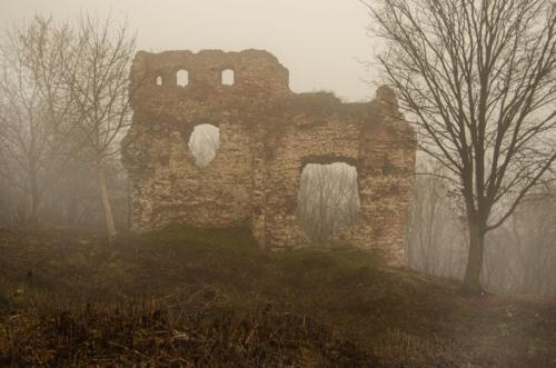 Jesienny krajobraz ruin muru zamku w Bochotnicy