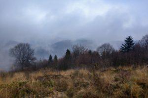 Mgła unosząca się nad panoramą gór Beskidu Małego