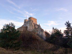Widok na odrestaurowany zamek Rabsztyn (Jura Krakowsko-Częstochowska) widziany z podgrodzia.
