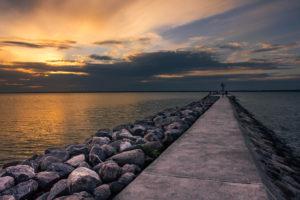 Zachód słońca nad polskim morzem widziany z falochronu.