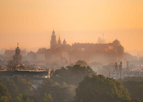 Zdjęcie Zamku Królewskiego na Wawelu w Krakowie zrobione o poranku w piękny słoneczny dzień