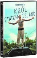 Okładka płyty DVD: młody mężczyzna rozebrany do pasa stoi na dachu samochodu z szeroko rozłożonymi ramionami.