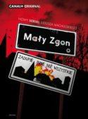 Okładka płyty DVD: Dwa znaki drogowe umieszczone jeden nad drugim - górny to nazwa miejscowości: Mały Zgon, dolny - znak terenu zabudowanego z napisem - zadupie inne niż wszystkie.