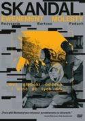 Okładka płyty DVD - młodzi chłopcy ubrani w bluzy z kapturem uważnie słuchający dźwięków muzyki