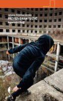 Miniatura okładki książki: młoda osoba ubrana w bluzę z kapturem przemyka wśród ruin opustoszałego hotelu.