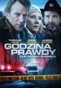 """Zdjęcie okładki filmu DVD """"Godziny prawdy"""" - samochód turystyczny typu camper oświetlony światłami pojazdów służb policyjnych i ratunkowych."""