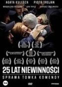 """Zdjęcie okładki filmu """"25 lat niewinności - sprawa Tomka Komendy"""" - matka z radości rzucająca się na szyję syna pośród tłumu innych osób."""
