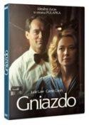 """Zdjęcie okładki filmu DVD """"Gniazdo"""" - para głównych bohaterów filmu spogląda na swoje lustrzane odbicie."""