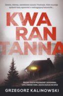 """Zdjęcie okładki książki, pt. """"Kwarantanna"""" - czarno-białe zdjęcie samotnie stojącej górskiej chatki z rozświetlonymi oknami"""