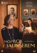 """Zdjęcie okładki filmu, pt. """"Mój rok z z Salingerem """" - starsza szykownie ubrana kobieta z papierosem w dłoni stoi zapatrzona w dal, na drugim planie gabinet, przy biurku siedzi młoda kobieta i przegląda zapisane kartki."""