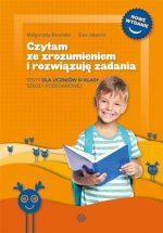 Uśmiechnięty chłopiec z książką w ręce.