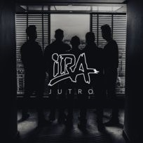 Czarno-białe zdjęcie zespołu IRA na tle okna z żaluzjami.