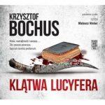 """Zdjęcie okładki audiobooka, pt. """"Klątwa Lucyfera"""" - zakrwawiony nóż rytualny leży obok biblii."""
