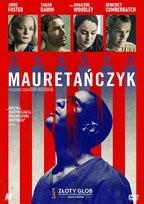 """Zdjęcie okładki filmu, pt. """" Mauretańczyk"""" - mężczyzna z ogoloną uniesioną głową na tle spływającej krwią amerykańskiej flagi."""