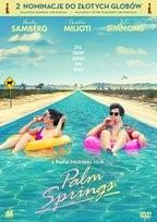 """Zdjęcie okładki filmu, pt. """" Palm Springs""""  - kobieta i mężczyzna relaksują nad strumieniem wkomponowanym w wizerunek drogi międzystanowej Palm Springs."""