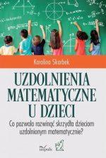 Gromada dzieci przy tablicy pisze wzory matematyczne