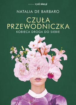Kobieca postać z bukietem kwiatów na głowie.