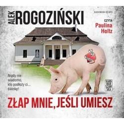 Wytatuowana mała świnka na tle wiejskiego dworku