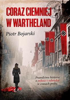 Odwrócona tyłem postać młodej kobiety idącej wzdłuż ulicy pełnej flag nazistowskich Niemiec.