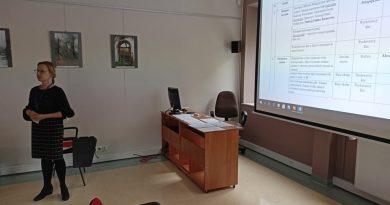 Pracownik biblioteki prezentuje na ekranie założenia projektu.